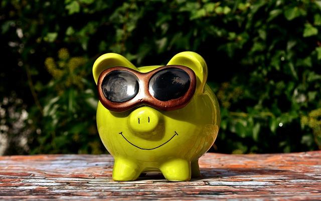 サングラスをかけた豚の貯金箱