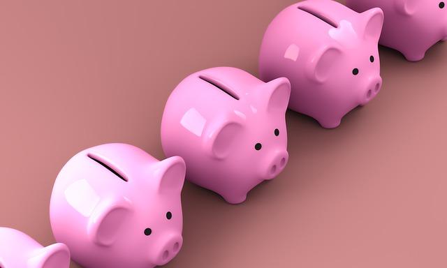 並んでいる豚の貯金箱