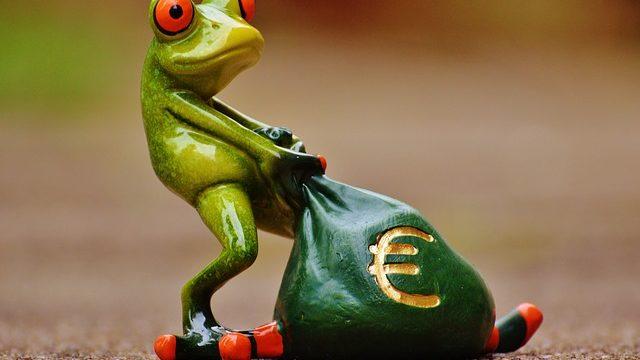 お金をひきずるカエル