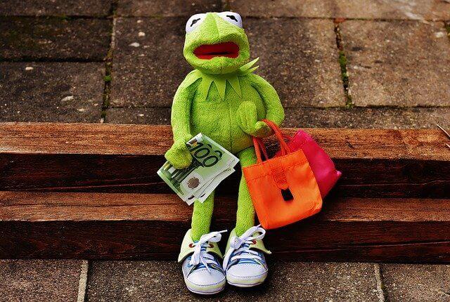 お金を持つカエルの人形